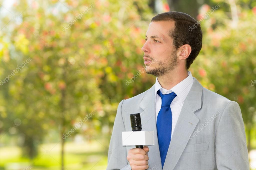 a45e3c2e532e7 Işık gri takım elbise açık havada canlı yayın mikrofonu tutan park  ortamında çalışma başarılı yakışıklı erkek haber muhabiri — pxhidalgo ...