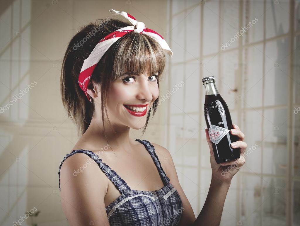 Kartinki Devushka Coca Cola Stokovye Fotografii I Royalti Fri Izobrazheniya Devushka Coca Cola Stranica 2 Depositphotos