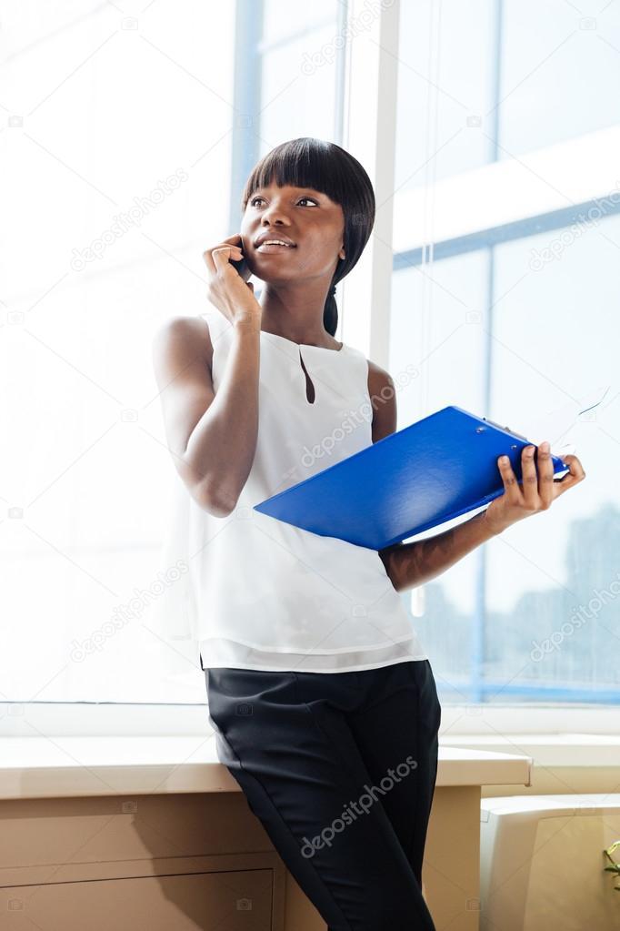 Mujer de negocios hablando por tel fono en la oficina for Telefono de la oficina