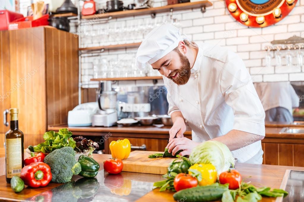 Koch Kochen machen Gemüsesalat auf die Küche — Stockfoto ...