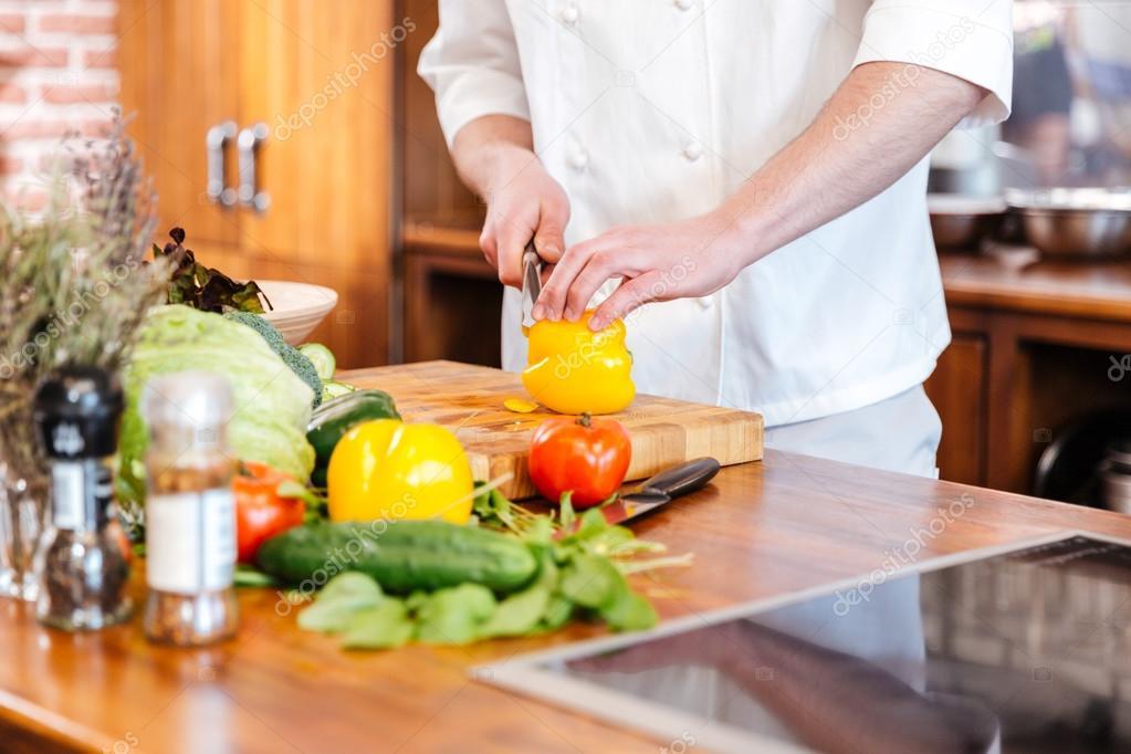 Gelbe Paprika schneiden, auf die Küche von Chef-Koch — Stockfoto ...