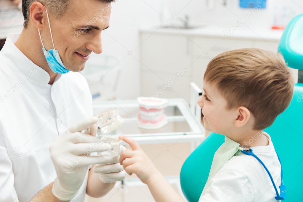 Chico en cosultation Dentista pediatra con mandíbula dental modelo ...