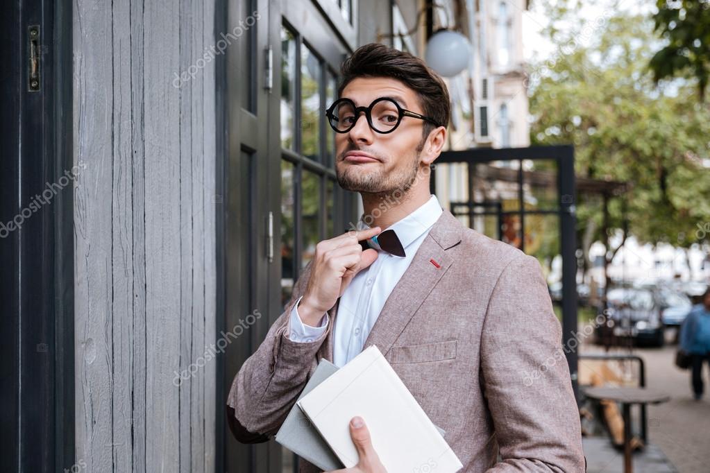 be721e3cb6 Αστεία nerd άνθρωπος φορώντας γυαλιά και φιόγκο στη υπαίθρια καφετέρια — Εικόνα  από ...