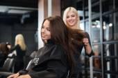 stylista sušení vlasů Žena v salonu krásy