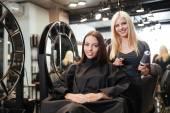 Fotografie Krásná blondýnka ženských kadeřník nůžky a hřeben
