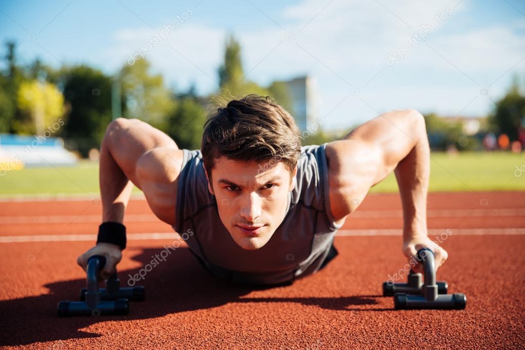 Circuito Ups : Joven atleta masculino hace push ups en un circuito u2014 foto de stock