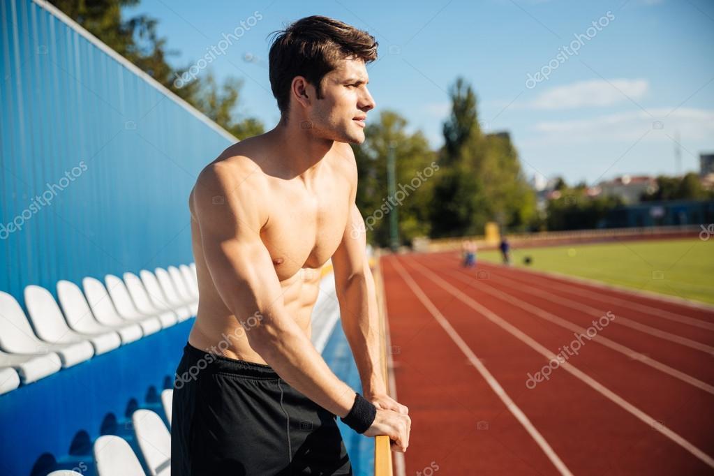 Nackt sexy gut aussehende männliche Athleten im Stadion im