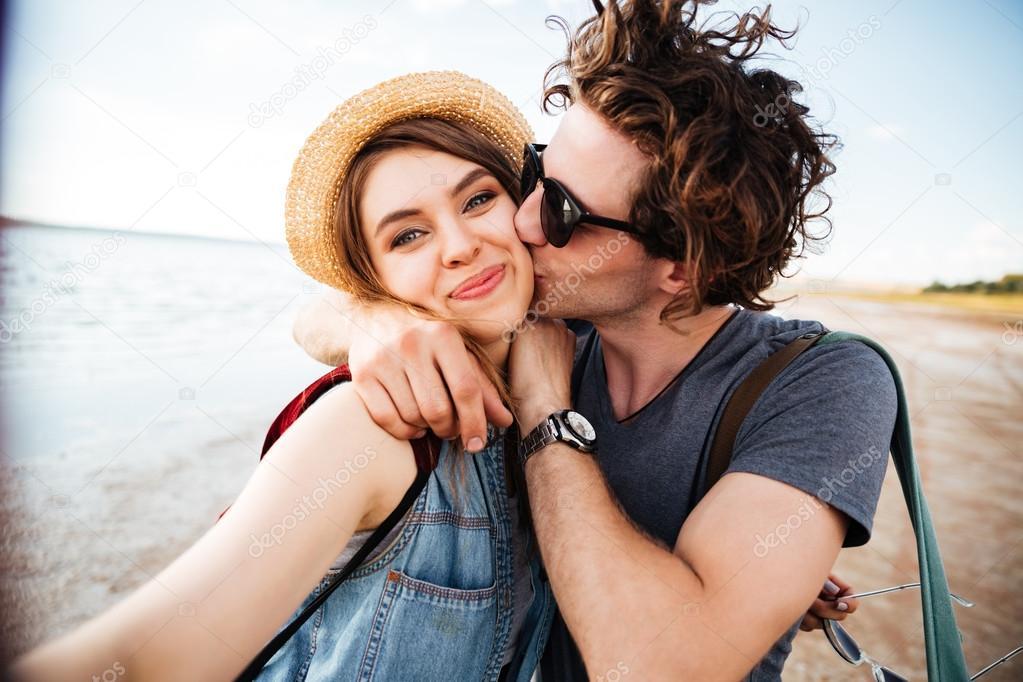 Pareja besándose y teniendo selfie al aire libre — Foto de