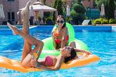 Fotografie Lustige Mädchen auf Luftmatratze im Pool liegen