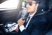 Fotografie Mužské šofér sedí v autě