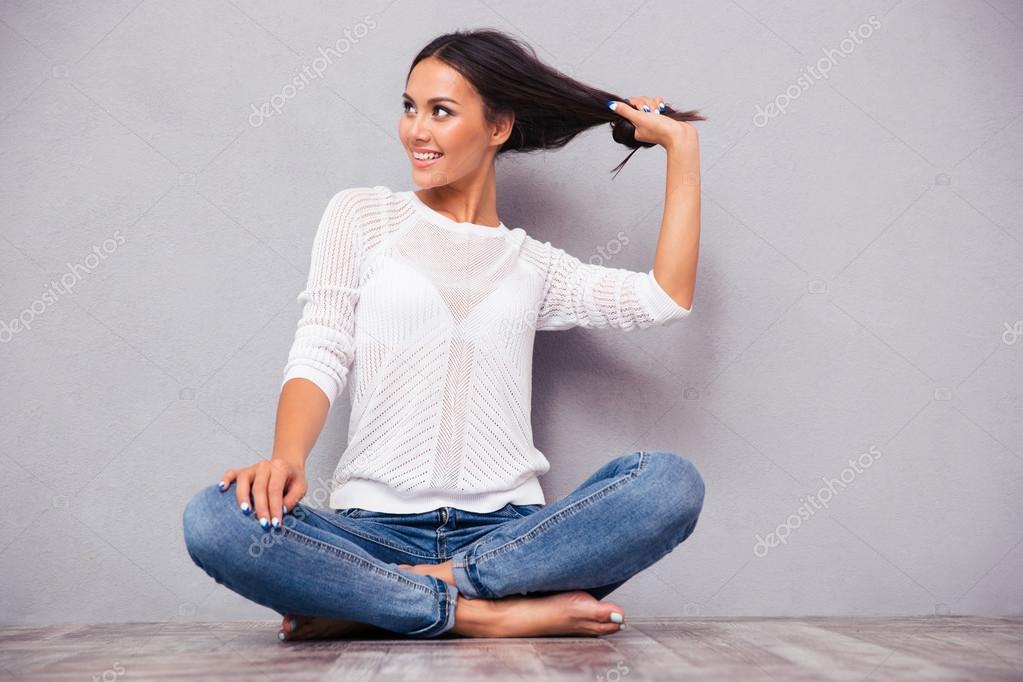женщина сидит на полу и писает в джинсы видео - 12