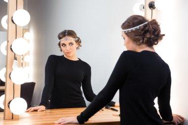 """Картина, постер, плакат, фотообои """"красивая женщина смотрит в зеркало зеркало раме зеркала настенное круглые подсветкой дизайнерские декоративное большие"""", артикул 93098102"""