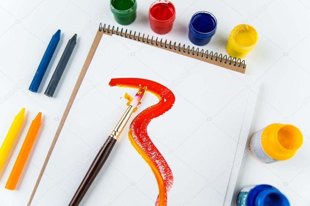 Vista superior de las páginas del álbum de arte, pinceles y lápices ...