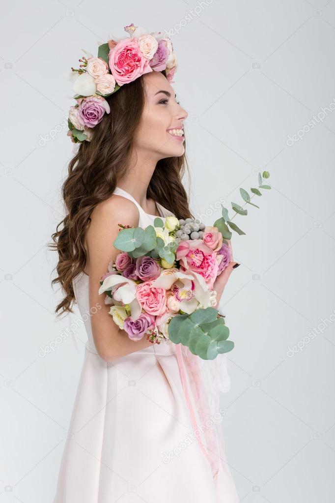 Profil De Femme Tendre Dans La Couronne De Fleur Et Robe De Mariee