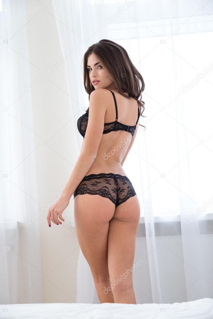 0a36616a18e8 Retrato de vista trasera de una mujer linda sexy en ropa interior mirando a  cámara — Foto de Vadymvdrobot