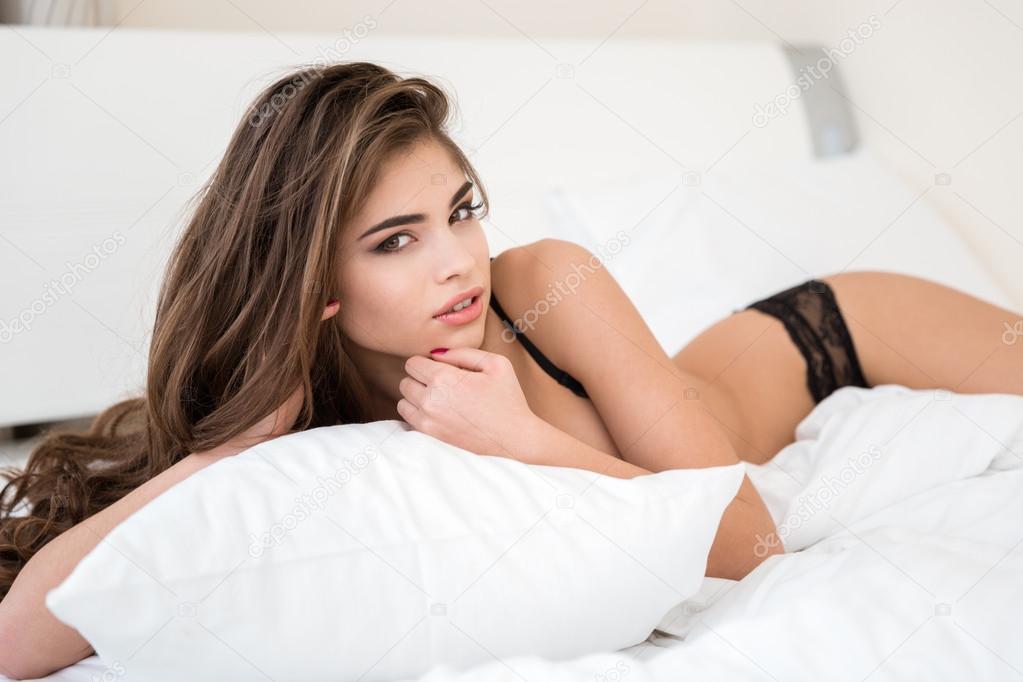 005052b59d66 Schöne Frau in Dessous auf dem Bett liegend — Stockfoto ...