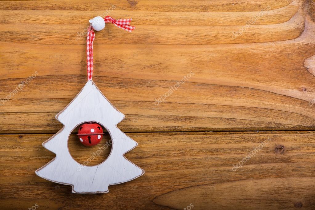 Alberi Di Natale In Legno Da Appendere : Appendere decorazioni albero di natale su legno u foto stock