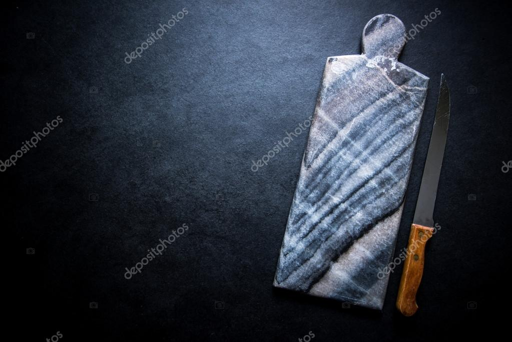 Donkere marmeren snijplank op zwarte achtergrond u2014 stockfoto