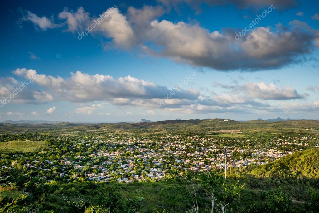 キューバ オルギンの街を空撮 — ...