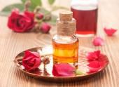 Fényképek A rózsa illóolajat, tengeri só és a rózsa a virágok. Testápolás és Spa