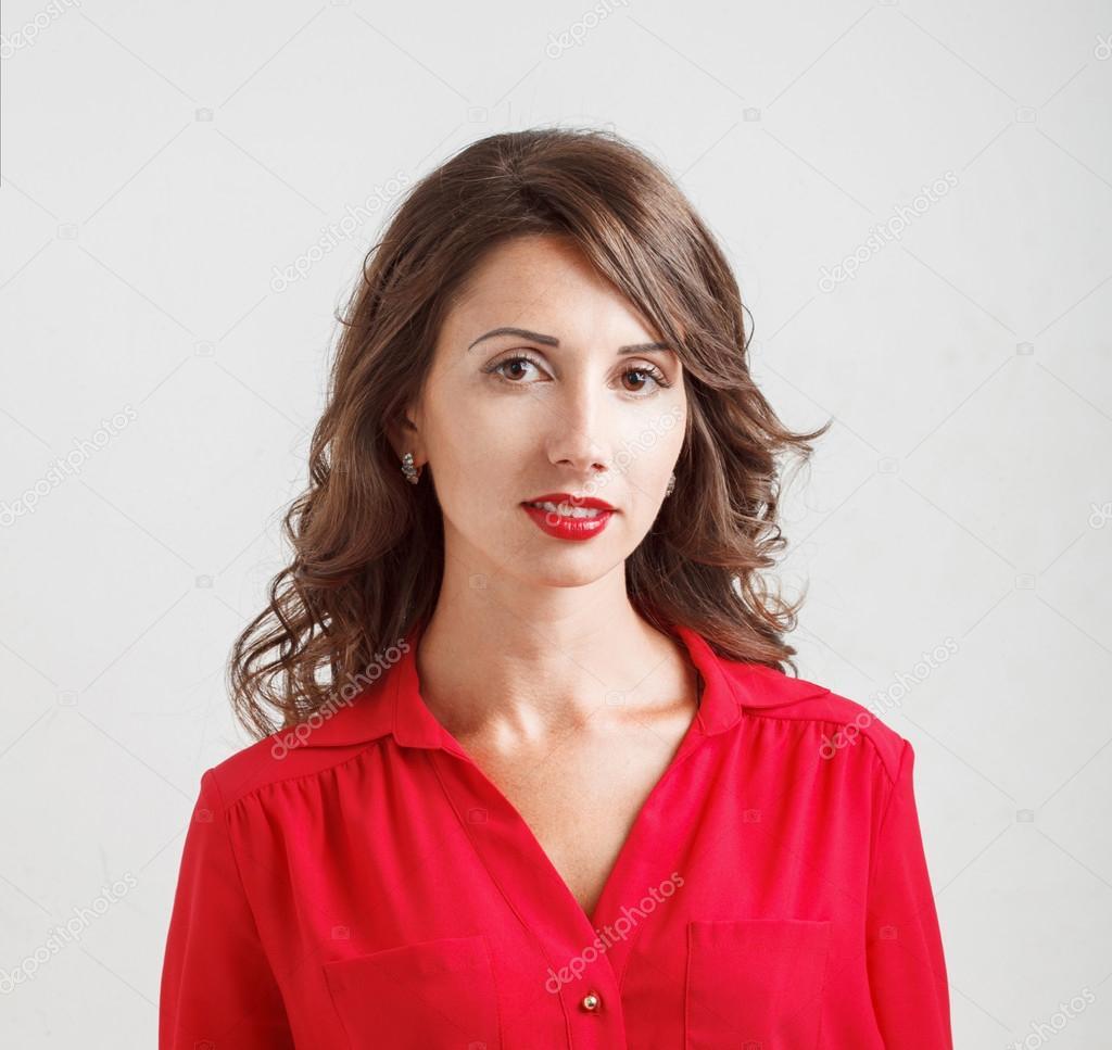 3871bc5b0496 Όμορφη νεαρή κοπέλα στη μια κόκκινη μπλούζα χαμόγελα σε άσπρο φόντο — Φωτογραφία  Αρχείου