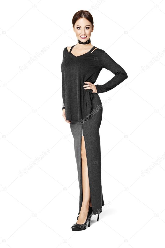 f51fc6dae89ceb Studio portret van aantrekkelijke vrouw in lange rok tegen witte achtergrond  — Foto van ...