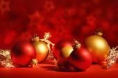Červené vánoční koule se světly