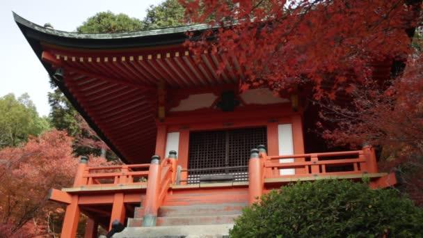 Őszi szezon, a szabadság színe megváltozik a vörös templom Japánban