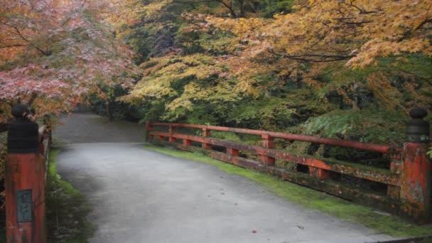 Podzimní sezóna, dovolené změnit barvu červenou v chrámu Japonsko