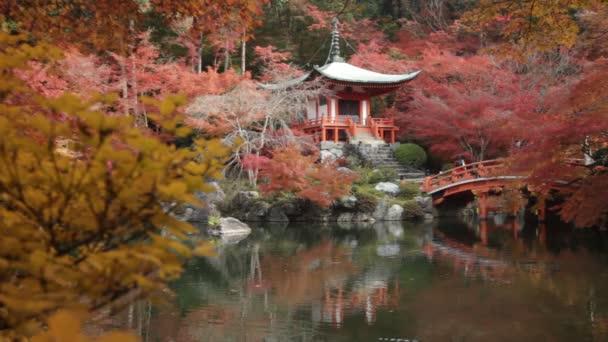 Podzimní sezóna, dovolené změnit barvu červenou v chrámu Japonsko.