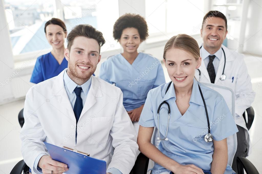 Grupo de médicos felices en seminario en el hospital —  Fotos de Stock