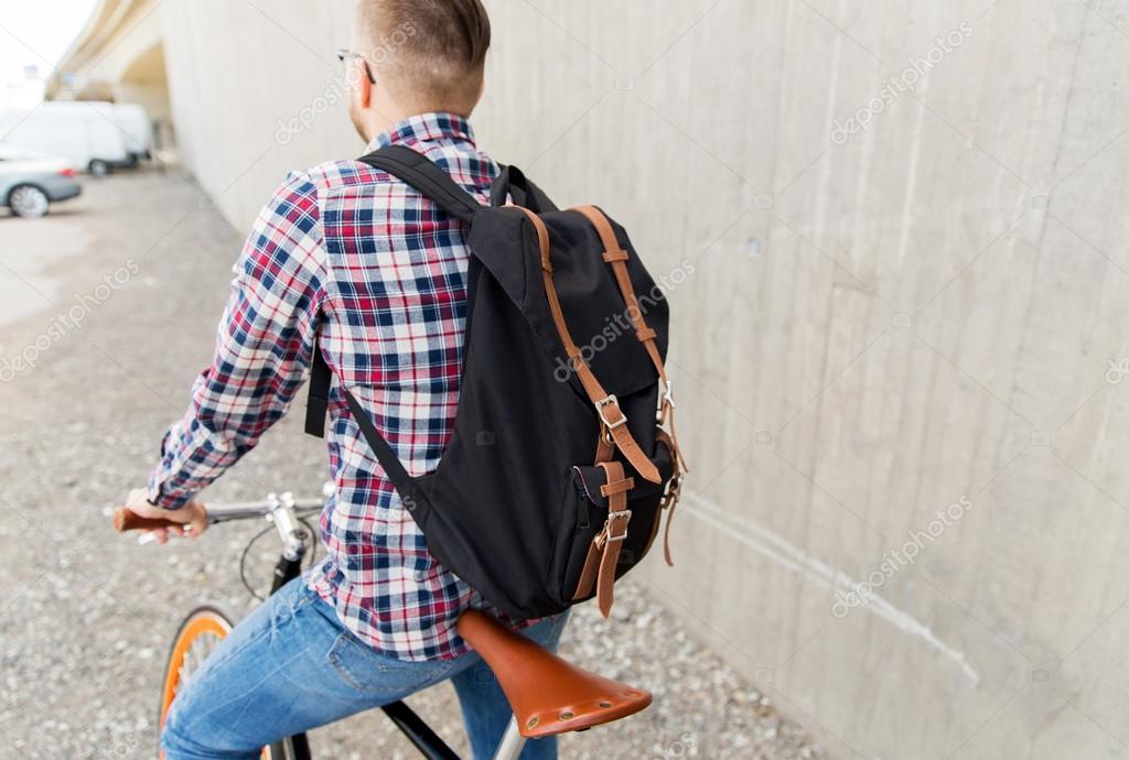 33836c1a87 Persone, viaggi, turismo, tempo libero e lifestyle - uomo giovane hipster  con fisso marcia bicicletta e zaino sulla strada della città — Foto di ...