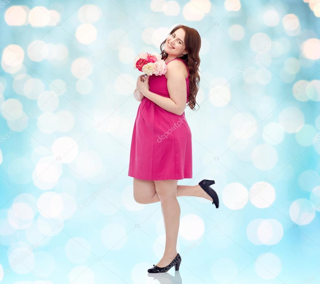 Manojo de jóvenes felices además de mujer de tamaño con flor — Foto ...