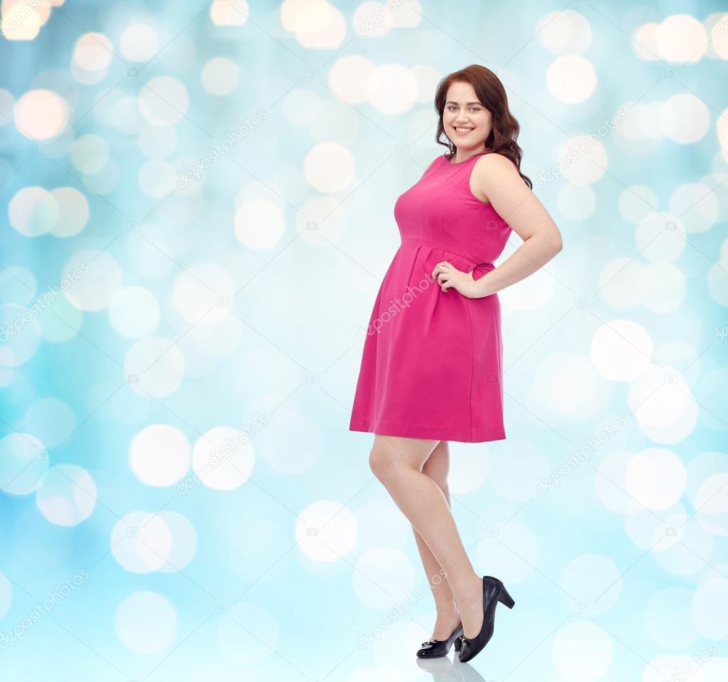 feliz joven plus mujer tamaño posando en vestido rosa — Fotos de ...