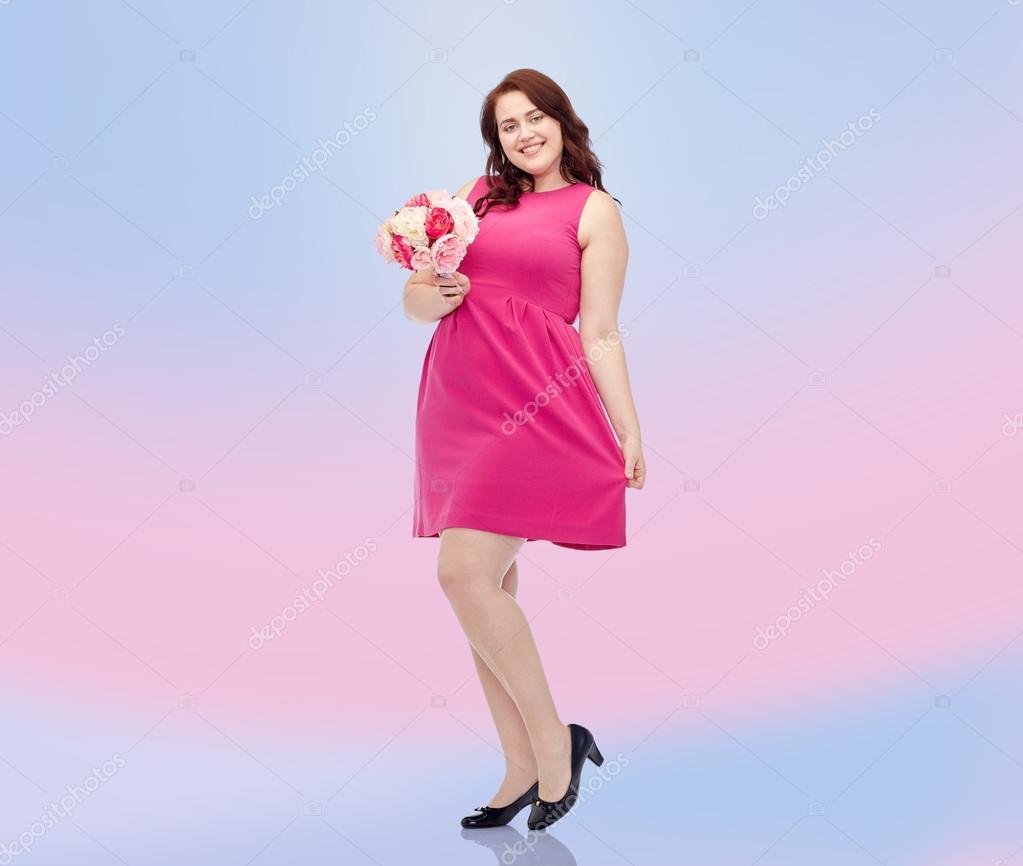 Manojo de jóvenes felices además de mujer de tamaño con flor — Fotos ...