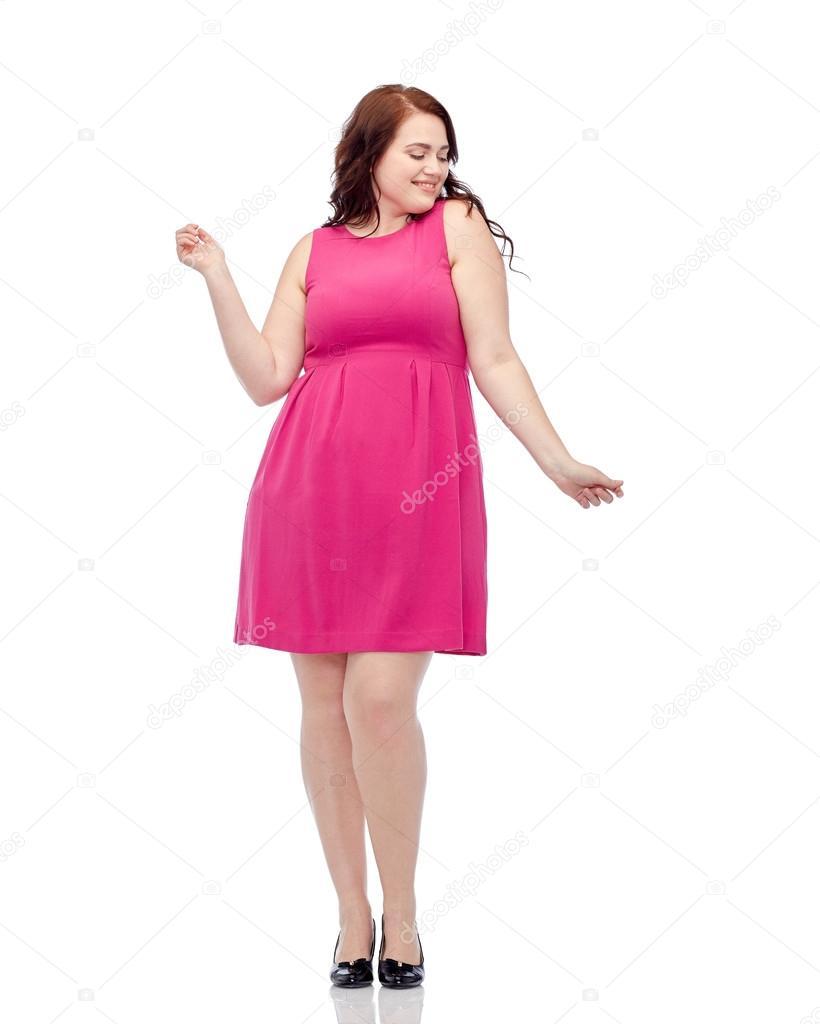 feliz joven plus mujer tamaño bailando en vestido rosa — Foto de ...