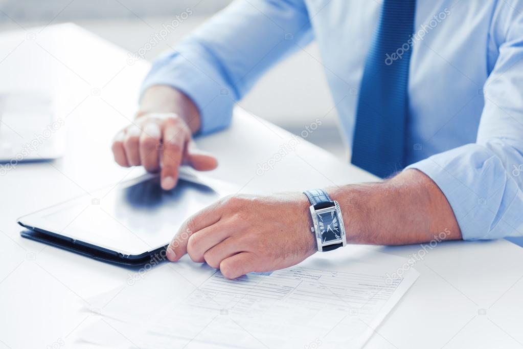 Homme daffaires avec tablet pc dans le bureau u2014 photographie