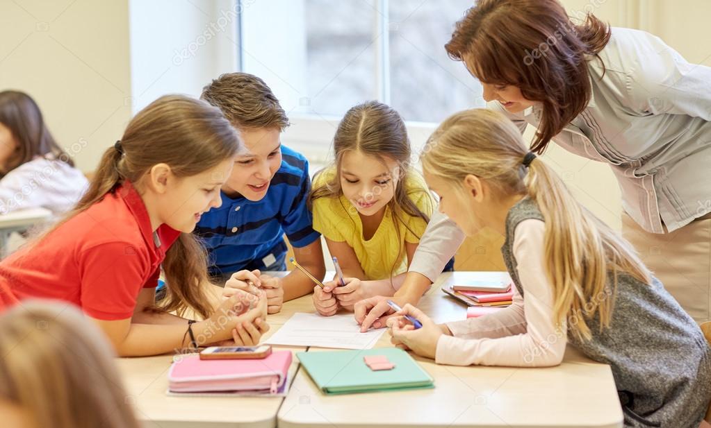Grupo de crianças da escola escrevendo teste em sala de aula — Fotografia  de Stock 5d5e26259a536