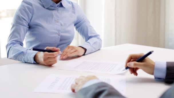 Business Partner unterzeichnen Vertrag und schütteln sich die Hände ...