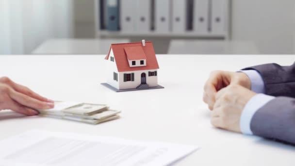 5d9cdbdee7aad9 Verser de l'argent à clé maison agent immobilier et à la prise de femme