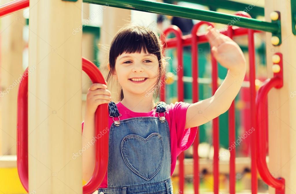 feliz niña de escalada en parque infantil — Foto de stock ...