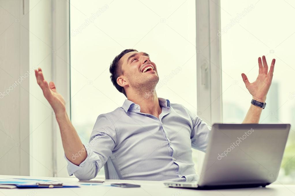 """Expresa tu momento """" in situ """" con una imagen - Página 38 Depositphotos_111618506-stock-photo-happy-businessman-with-laptop-in"""