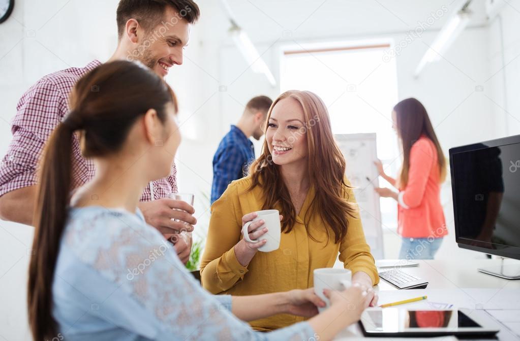 Equipo creativo feliz tomando caf en la oficina foto de for Xxx porno en la oficina