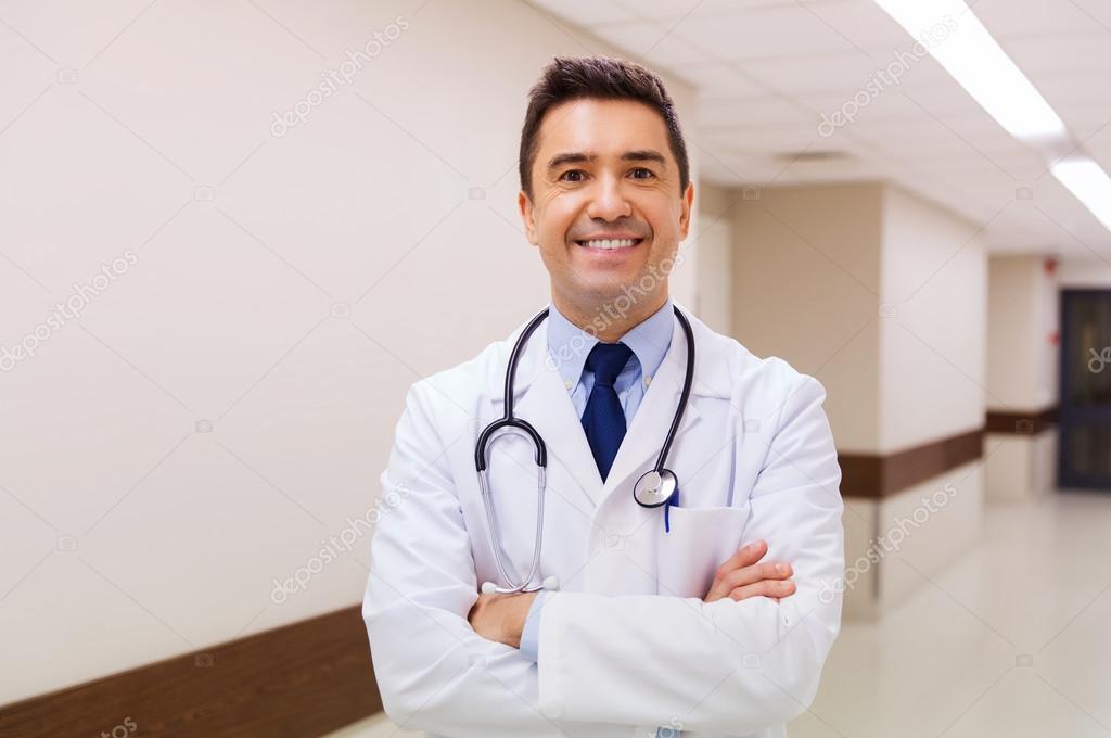 lächelnde Arzt im weißen Kittel im Krankenhaus — Stockfoto ...