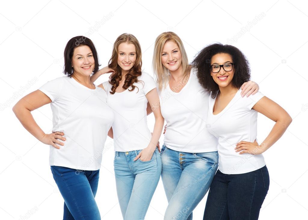 9a6df5bbbea Amistad, diversidad, cuerpo positivo y concepto de pueblo - grupo de mujeres  de diverso tamaño feliz en camisetas blancas abrazando — Foto de ...