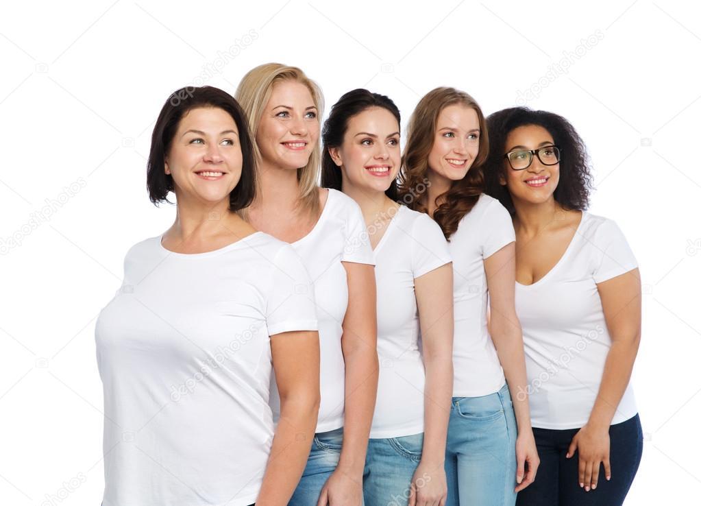 8b0ac8ce115 Amistad, diversidad, cuerpo positivo y concepto de pueblo - grupo de mujeres  felices diferentes tamaños de camisetas blancas — Foto de Syda_Productions