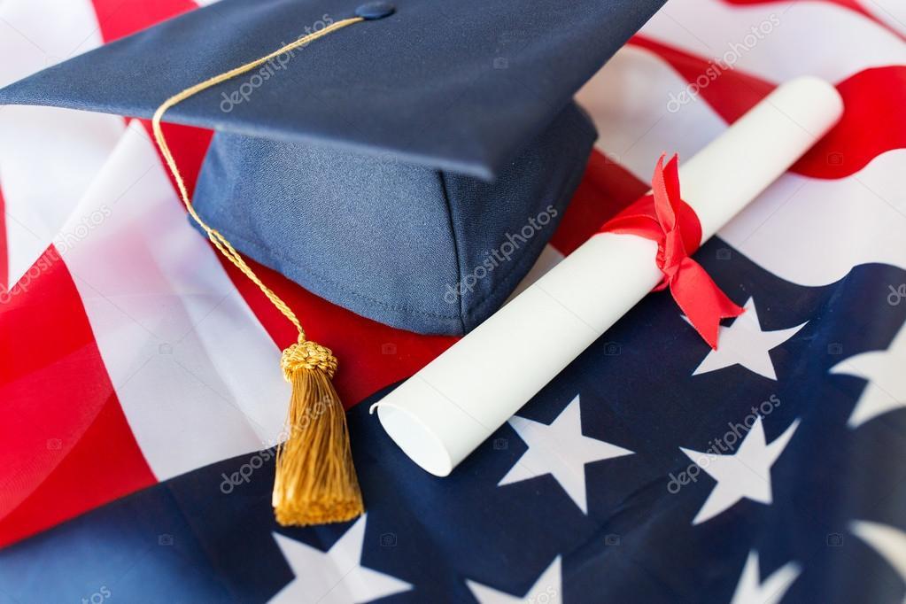 Cappello di laurea e diploma sulla bandiera americana for Piani di fattoria americana