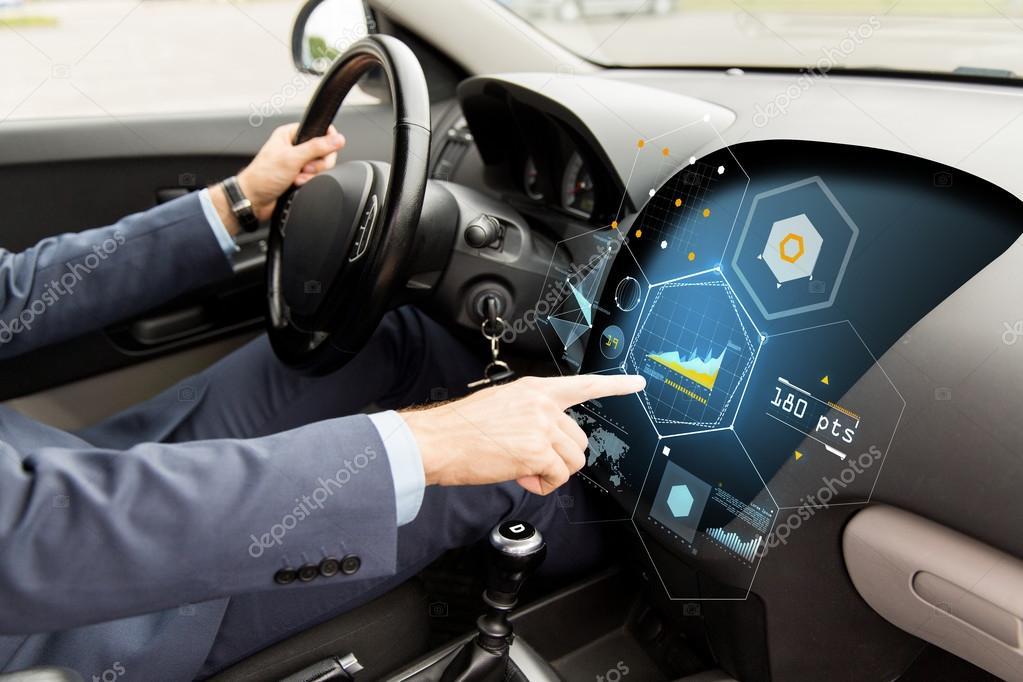 Nahaufnahme des Menschen fahren Autos mit Diagramm auf dem ...
