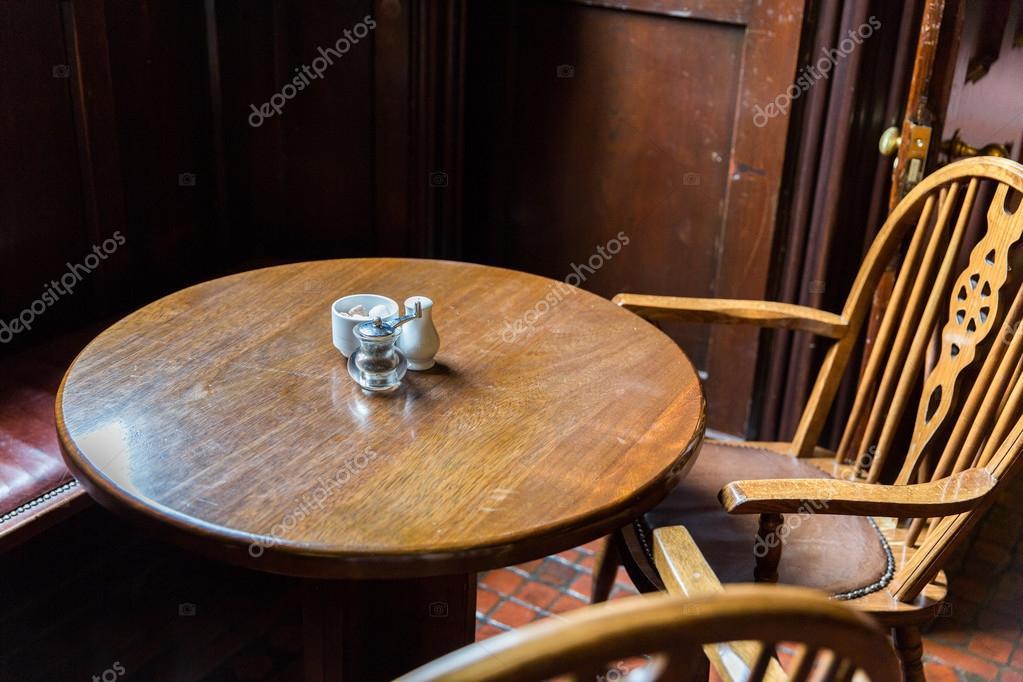 Nahaufnahme von Vintage Tisch und Stühle im irish pub — Stockfoto ...