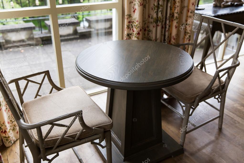 Sedie Depoca : Chiuda in su delle sedie depoca e tavolo a casa u2014 foto stock